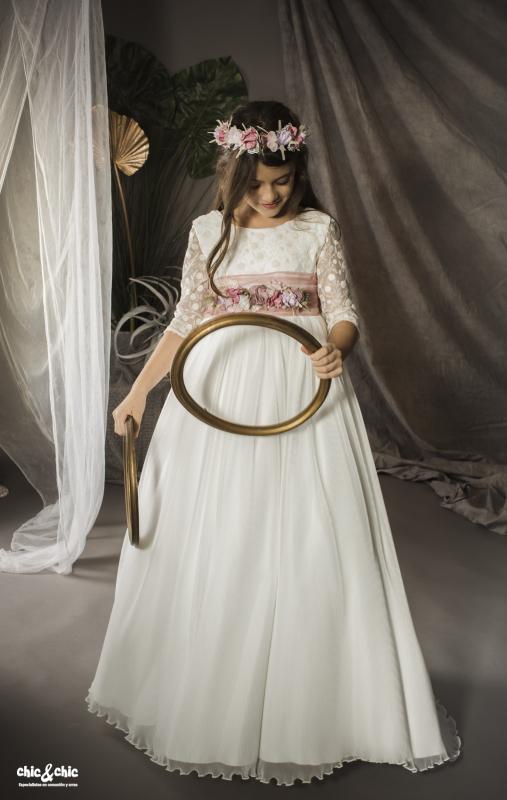 Vestido de comunión Alejandra. Tul bordado y tul plisado. Color beige