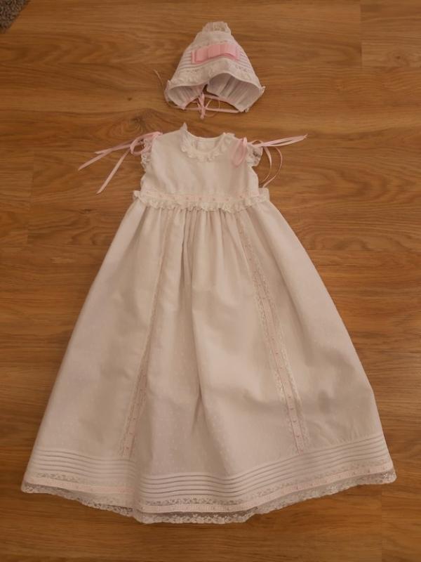 Faldón largo con capota batista plumeti blanco/rosa.