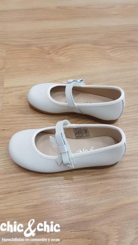Zapato Velcro . Piel mate color beige claro.