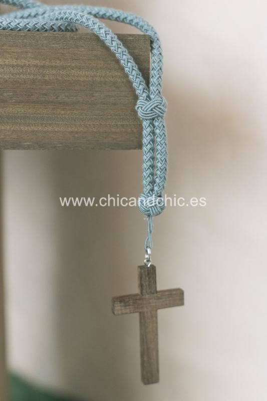 Cordón con cruz madera gris