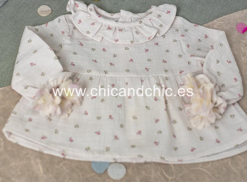 Blusa bebe estampada en tonos rosas.