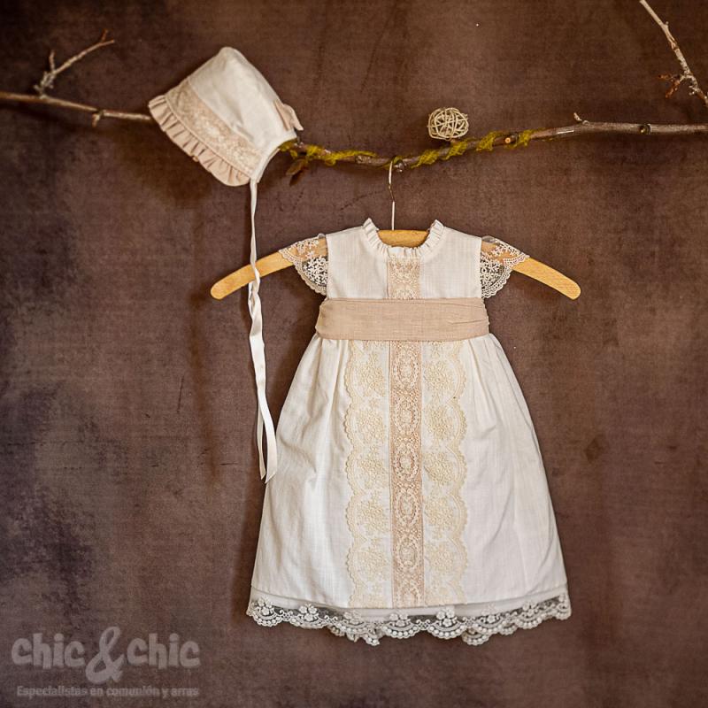 Faldón corto bautizo con capota en lino crudo-beige. Mod 13396