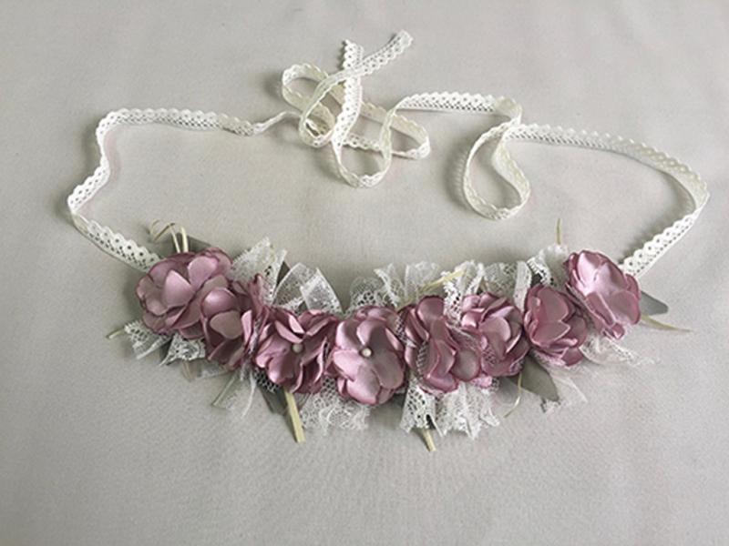 Corona/cinturón de flores rosa fuerte.
