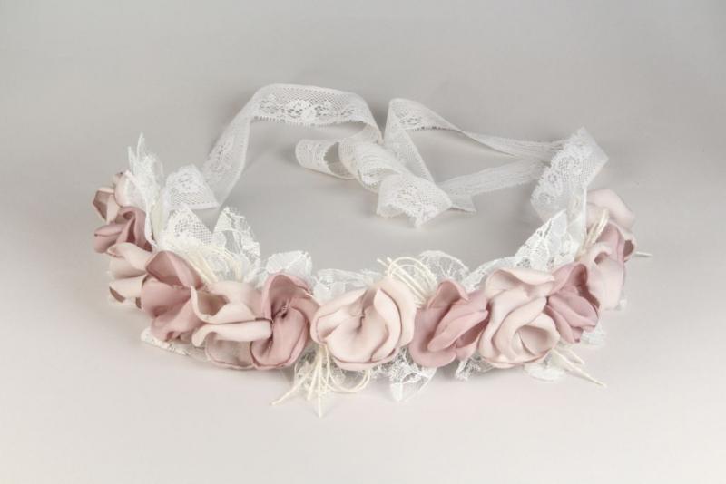 Corona/cinturón de flores rosa.