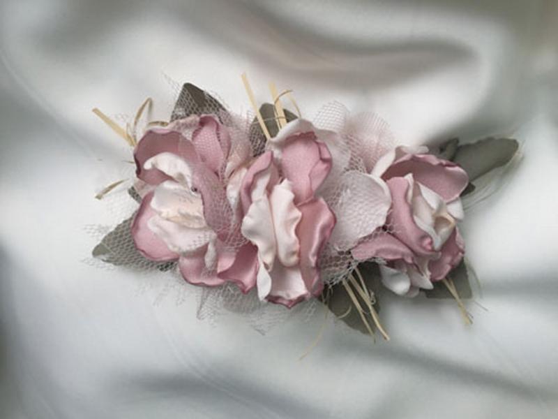 Tocado de flores rosa.