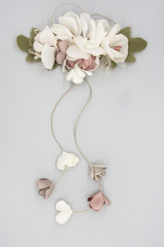 Tocado de flores crudo-rosa.